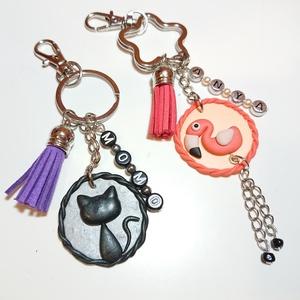 Névre szóló egyedi gyurma medálos bojtos táskadísz kulcstartó macska, flamingó, egyszarvú mintával , Ékszer, Táska, Divat & Szépség, Kulcstartó, táskadísz, Gyurma, Ékszerkészítés, Süthető ékszer gyurmából kézzel formázott medál, fekete macska, flamingó, vagy egyszarvú mintával. (..., Meska