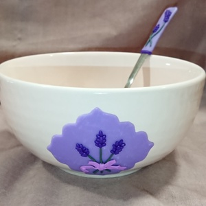 Lila levendula virágos műzlis tál gyurma díszítéssel , Kínálótál, Konyhafelszerelés, Otthon & Lakás, Gyurma, Mindenmás, Süthető ékszer gyurmából kézzel készült díszítéssel. \nA tálka pasztell rózsaszín színű. Lila alapon ..., Meska