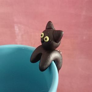 Fekete macska cica teafilter tartó bögrére süthető gyurmából , Otthon & Lakás, Konyhafelszerelés, Tea & Kávé tárolás, Kerámia, Süthető gyurmából kézzel formázott aranyos teafilter tartó bögrére.\nFekete macska, cica mintás, a fa..., Meska