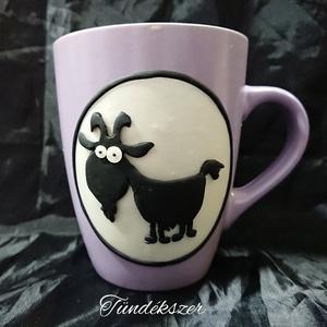 Kecske kecskés állatos mókás vicces bögre gyurma díszítéssel ajándék , Otthon & Lakás, Konyhafelszerelés, Bögre & Csésze, Gyurma, Mindenmás, Gyöngyház színű süthető gyurmából készült el a minta alapja, a kecske  fekete színű. \nŐrült kecske m..., Meska