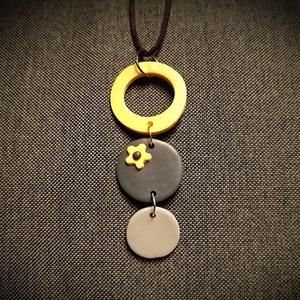 Szürke sárga virágos kérek medálos nyaklánc Fimo gyurma medál , Ékszer, Nyaklánc, Medálos nyaklánc, Ékszerkészítés, Gyurma, Süthető gyurmából  szürke és vidám napsárga színű medálokat készítettem, 1,5, 2 és 3 cm átmérővel. A..., Meska