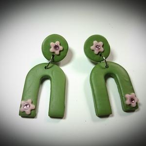 Virágos strasszos gyurma medálos divatos fülbevaló Olíva zöld , Ékszer, Fülbevaló, Lógó fülbevaló, Ékszerkészítés, Divatos, trendi, keresett geometrikus formákból álló fülbevalók :\nKapu alakú , Olíva zöld színű süth..., Meska