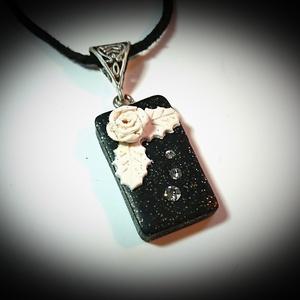 Fehér rózsa virágos gyurma medálos divatos nyaklánc Swarovski kristály díszítéssel , Ékszer, Nyaklánc, Medálos nyaklánc, Ékszerkészítés, Divatos, trendi, keresett geometrikus formából álló nyaklánc :\nTéglalap alakú , csillámos fekete szí..., Meska