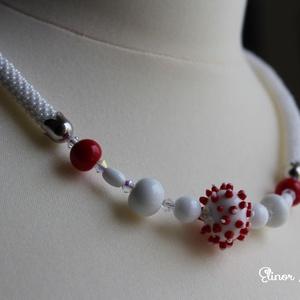 Vörös és fehér - lámpagyöngy nyaklánc, Ékszer, Nyaklánc, Képzőművészet, Otthon & lakás, Vegyes technika, Gyöngyfűzés, gyöngyhímzés, Ékszerkészítés, Gyöngyhorgolással készült lánc és saját készítésű lámpagyöngyök alkotják ezt a különleges gyöngysort..., Meska