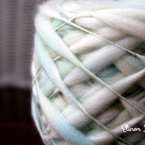 Kék és zöld-kézzel festett és font gyapjúfonal , Babafotózási ruha és kellék, Babaruha & Gyerekruha, Ruha & Divat, Festett tárgyak, 100 % merinói gyapjú kézzel font vékony-vastag fonal .Finom puhaság .:) \n Különleges fonási techniká..., Meska