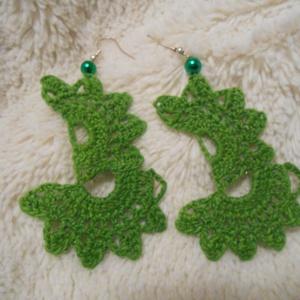 Horgolt félvirágok fülbevaló, Ékszer, Fülbevaló, Horgolás, Különleges, egyedi darab. Zöld színű horgolócérnából készült, gyönggyel kiegészítve.\nLakkozással kem..., Meska