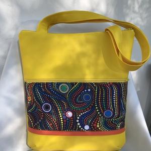 Sárga-buborékos, elöl zsebes, textilbőr válltáska, Kézitáska & válltáska, Táska & Tok, Nagy pakolós táska, Varrás, Bőrművesség, \n\nKÉSZLETEN VAN!\n\nA4-es belefér!\n\nSárga színű textilbőrt kombináltam buborék mintás amerikai design ..., Meska