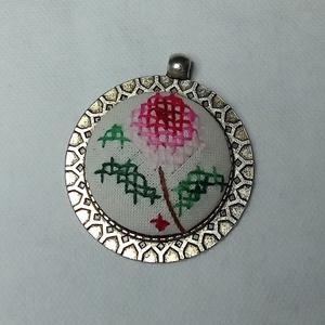 Vintage keresztszemes medál, Ékszer, Ékszerkészítés, Egy nagyon régi díszkendő egyetlen keresztszemes virágát kivágva , rádolgoztam a medálra. -\nEzzel eg..., Meska