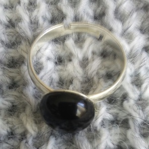 Ónix gyűrű nemesacél alapon, Ékszer, Gyűrű, Ékszerkészítés, Nemesacél alapra ragasztottam ezt a szép ónix ásványt.\nTetszés szerint  az ujj méretére állítható.\nB..., Meska