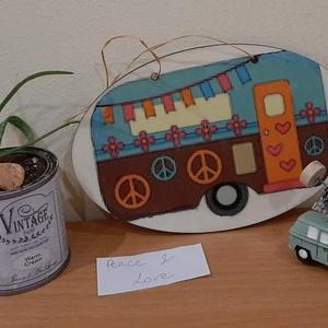 Peace and Love lakókocsis tábladísz, Otthon & Lakás, Táblakép, Dekoráció, Peace and Love...Készült egy ilyen hippie (18×11cm-s) lakókocsis ajtódísz. Ajánlom ajtódísznek, lakó..., Meska
