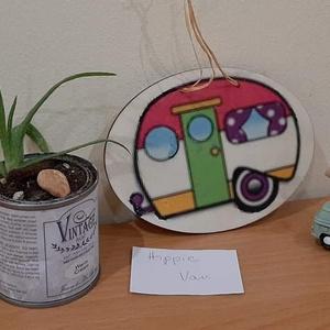 Hippie Van lakókocsis ajtódísz, Otthon & Lakás, Ajtódísz & Kopogtató, Dekoráció, Hippie Van...Készült egy ilyen hippie (14×10cm-s) lakókocsis ajtódísz. Ajánlom ajtódísznek, lakókocs..., Meska