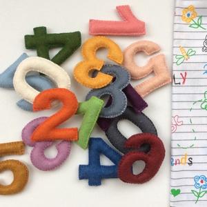 játék a számokkal, Gyerek & játék, Gyerekszoba, Otthon & lakás, Dekoráció, Tárolóeszköz - gyerekszobába, Varrás, 22 darabból álló kézzel varrott színes gyapjúfilc számok az alapműveletek jeleivel,- összeadás, kivo..., Meska