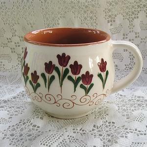 bögre bordó tulipános, Otthon & lakás, Konyhafelszerelés, Bögre, csésze, Kerámia, Kézzel korongozom ezeket a bögréket, leöntöm fehér földfestékkel, karcolom és kifestem a mintákat. 1..., Meska
