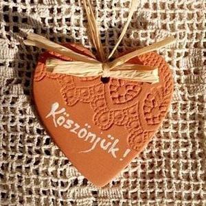 Köszönet ajándék szív natúr, Esküvő, Meghívó, ültetőkártya, köszönőajándék, Kerámia, Vörös agyagból nyújtottam ezt a fellógatható kis díszt, és egy régi-régi csipkét nyomtam bele mintá..., Meska