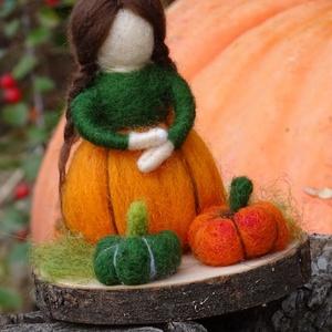Őszi termés tündér/ manólány, Egyéb, Otthon & lakás, Dekoráció, Nemezelés, Kis termés tündér vagy manólány. Szoknyája őszi tököt mintáz, előtte már az idei szüret eredménye.  ..., Meska