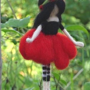 Pipacstündér, Otthon & lakás, Dekoráció, Képzőművészet, Lakberendezés, Nemezelés, Festett gyapjúból, tűnemezeléssel készítettem ezt a  vidám nyári tündért. A pipacs virága ihlette, h..., Meska