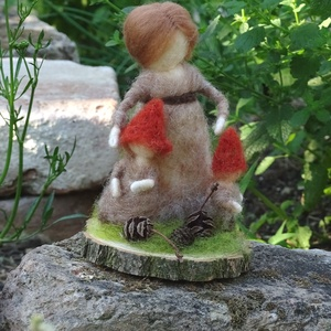 Gombanyó kisgombákkal, Egyéb, Otthon & lakás, Dekoráció, Nemezelés, Gomba mama kicsinyeivel, akik szorosan hozzá bújnak, belőle nőnek. Festett gyapjúból, tűvel nemezelt..., Meska