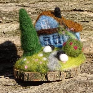 Vidéki idill, Egyéb, Otthon & lakás, Dekoráció, Nemezelés, Kék házikó, kert, legelésző birkák- vidéki nyugalom, amit megidéz ez a kis életkép. Festett gyapjúbó..., Meska