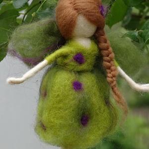 Nyártündér, Otthon & lakás, Dekoráció, Képzőművészet, Nemezelés, Festett gyapjúból, tűnemezeléssel készítettem ezt a  vidám nyári tündért. A lila-zöld színek játékos..., Meska