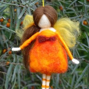 Őszi bogyótündér, Otthon & Lakás, Dekoráció, Függődísz, Nemezelés, Festett gyapjúból, tűnemezeléssel készítettem ezt a  vidám tündérkét.  Az őszi piros, narancs bogyós..., Meska