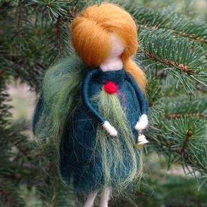 Karácsony angyala, Otthon & Lakás, Dekoráció, Függődísz, Nemezelés, Festett gyapjúból, tűnemezeléssel készítettem ezt az angyalkát. Sötétzöld ruhájában a karácsonyi szí..., Meska
