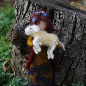 Tündér ma született báránnyal, Otthon & Lakás, Dekoráció, Nemezelés, A legelőkön is gondoskodnak a tündérek, itt épp egy kisbirkáról. Gondos, aprólékos munkával nemezelt..., Meska