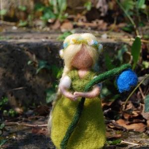 Tavasztündér harangvirággal, Otthon & Lakás, Nemezelés, Egy szép kis tavaszi tündér kezében egy szál virág. nagyon kedves dísz az évszakasztalra. A babáima..., Meska