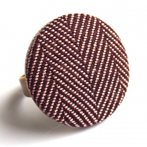 Tweed gyűrű - lila, Ékszer, Gyűrű, Ékszerkészítés, Melegséget sugárzó őszi-téli hangulatú gyűrű tweed anyaggal.\n\nA gomb átmérője 25 mm, a gyűrű alap ni..., Meska