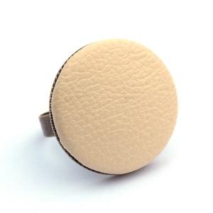 Krém textilbőr gyűrű, Ékszer, Gyűrű, Statement gyűrű, Ékszerkészítés, Találd meg a textilbőrök között a Hozzád illő árnyalatot! :)\n\nA gomb átmérője 25 mm, a gyűrű sárgaré..., Meska