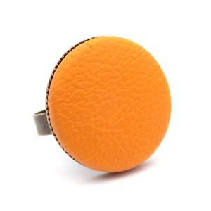 Napsárga textilbőr gyűrű, Ékszer, Gyűrű, Ékszerkészítés, Találd meg a textilbőrök között a Hozzád illő árnyalatot! :)\n\nA gomb átmérője 25 mm, a gyűrű sárgaré..., Meska
