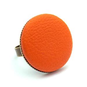 Narancs textilbőr gyűrű, Ékszer, Gyűrű, Ékszerkészítés, Találd meg a textilbőrök között a Hozzád illő árnyalatot! :)\n\nA gomb átmérője 25 mm, a gyűrű sárgaré..., Meska