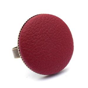 Bordó textilbőr gyűrű, Ékszer, Gyűrű, Statement gyűrű, Ékszerkészítés, Találd meg a textilbőrök között a Hozzád illő árnyalatot! :)\n\nA gomb átmérője 25 mm, a gyűrű sárgaré..., Meska