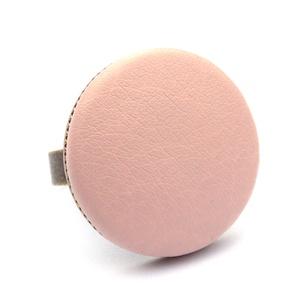 Púder textilbőr gyűrű, Ékszer, Gyűrű, Statement gyűrű, Ékszerkészítés, Találd meg a textilbőrök között a Hozzád illő árnyalatot! :)\n\nA gomb átmérője 25 mm, a gyűrű sárgaré..., Meska