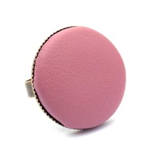 Mályva textilbőr gyűrű, Ékszer, Gyűrű, Statement gyűrű, Ékszerkészítés, Találd meg a textilbőrök között a Hozzád illő árnyalatot! :)\n\nA gomb átmérője 25 mm, a gyűrű sárgaré..., Meska