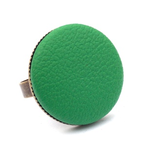 Fűzöld textilbőr gyűrű, Ékszer, Gyűrű, Statement gyűrű, Ékszerkészítés, Találd meg a textilbőrök között a Hozzád illő árnyalatot! :)\n\nA gomb átmérője 25 mm, a gyűrű sárgaré..., Meska