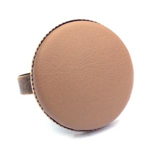 Drapp textilbőr gyűrű, Ékszer, Gyűrű, Statement gyűrű, Ékszerkészítés, Találd meg a textilbőrök között a Hozzád illő árnyalatot! :)\n\nA gomb átmérője 25 mm, a gyűrű sárgaré..., Meska