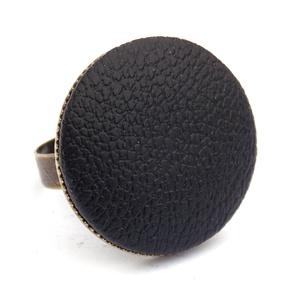Fekete textilbőr gyűrű, Ékszer, Gyűrű, Ékszerkészítés, Találd meg a textilbőrök között a Hozzád illő árnyalatot! :)\n\nA gomb átmérője 25 mm, a gyűrű sárgaré..., Meska