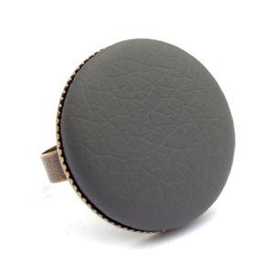 Sötét szürke textilbőr gyűrű, Ékszer, Gyűrű, Statement gyűrű, Ékszerkészítés, Találd meg a textilbőrök között a Hozzád illő árnyalatot! :)\n\nA gomb átmérője 25 mm, a gyűrű sárgaré..., Meska