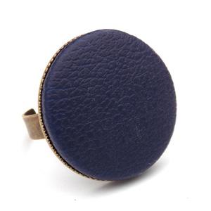 Sötétkék textilbőr gyűrű, Ékszer, Gyűrű, Ékszerkészítés, Találd meg a textilbőrök között a Hozzád illő árnyalatot! :)\n\nA gomb átmérője 25 mm, a gyűrű sárgaré..., Meska
