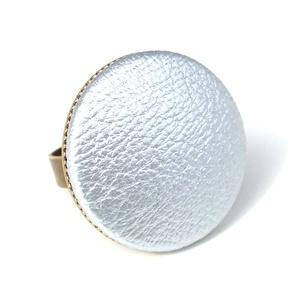 Ezüst textilbőr gyűrű, Ékszer, Gyűrű, Statement gyűrű, Ékszerkészítés, Találd meg a textilbőrök között a Hozzád illő árnyalatot! :)\n\nA gomb átmérője 25 mm, a gyűrű sárgaré..., Meska