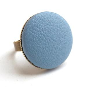 Égkék textilbőr gyűrű, Ékszer, Gyűrű, Ékszerkészítés, Találd meg a textilbőrök között a Hozzád illő árnyalatot! :)\n\nA gomb átmérője 25 mm, a gyűrű sárgaré..., Meska