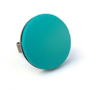 Türkizkék textilbőr gyűrű, Ékszer, Gyűrű, Statement gyűrű, Ékszerkészítés, Találd meg a textilbőrök között a Hozzád illő árnyalatot! :)\n\nA gomb átmérője 25 mm, a gyűrű sárgaré..., Meska