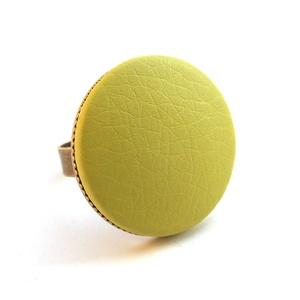 Almazöld textilbőr gyűrű, Ékszer, Gyűrű, Statement gyűrű, Ékszerkészítés, Találd meg a textilbőrök között a Hozzád illő árnyalatot! :)\n\nA gomb átmérője 25 mm, a gyűrű sárgaré..., Meska