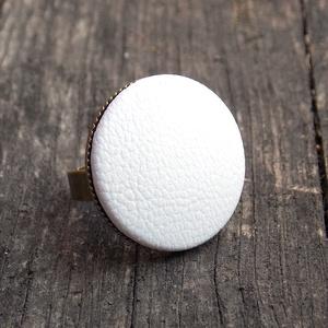 Fehér textilbőr gyűrű, Ékszer, Gyűrű, Statement gyűrű, Ékszerkészítés, Találd meg a textilbőrök között a Hozzád illő árnyalatot! :)\n\nA gomb átmérője 25 mm, a gyűrű sárgaré..., Meska