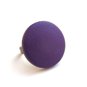 Viola textilbőr gyűrű, Ékszer, Gyűrű, Statement gyűrű, Ékszerkészítés, Találd meg a textilbőrök között a Hozzád illő árnyalatot! :)\n\nA gomb átmérője 25 mm, a gyűrű sárgaré..., Meska