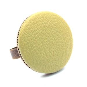 Mohazöld textilbőr gyűrű, Ékszer, Gyűrű, Statement gyűrű, Ékszerkészítés, Találd meg a textilbőrök között a Hozzád illő árnyalatot! :)\n\nA gomb átmérője 25 mm, a gyűrű sárgaré..., Meska