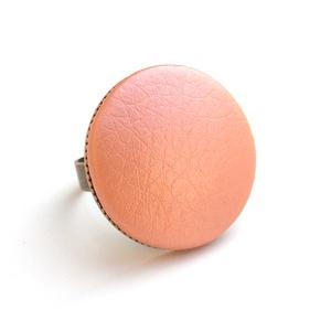 Metálfényű barack textilbőr gyűrű, Ékszer, Gyűrű, Statement gyűrű, Ékszerkészítés, Találd meg a textilbőrök között a Hozzád illő árnyalatot! :)\n\nA gomb átmérője 25 mm, a gyűrű sárgaré..., Meska