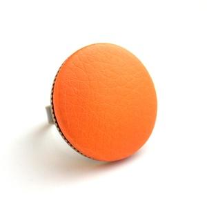 Metálfényű narancs textilbőr gyűrű, Ékszer, Gyűrű, Statement gyűrű, Ékszerkészítés, Találd meg a textilbőrök között a Hozzád illő árnyalatot! :)\n\nA gomb átmérője 25 mm, a gyűrű sárgaré..., Meska
