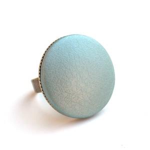 Metálfényű menta textilbőr gyűrű, Ékszer, Gyűrű, Statement gyűrű, Ékszerkészítés, Találd meg a textilbőrök között a Hozzád illő árnyalatot! :)\n\nA gomb átmérője 25 mm, a gyűrű sárgaré..., Meska