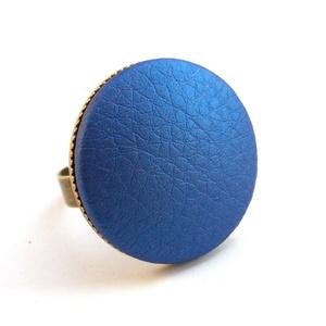 Metálfényű kék textilbőr gyűrű, Ékszer, Gyűrű, Statement gyűrű, Ékszerkészítés, Találd meg a textilbőrök között a Hozzád illő árnyalatot! :)\n\nA gomb átmérője 25 mm, a gyűrű sárgaré..., Meska